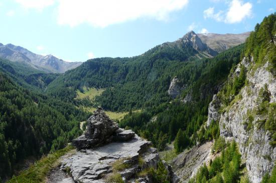 vue génèrale sur le fond du vallon de l' Essayette depuis le chemin de retour de la via de la cascade aux orres