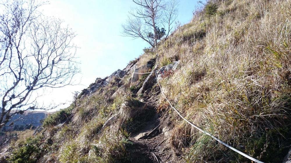 Traversée ascendante dans une pente herbeuse en direction de la sortie du Capucin