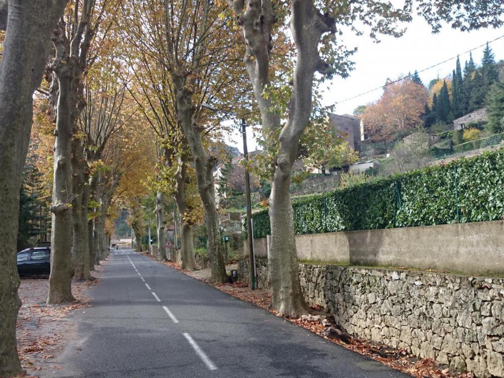 Rue principale de Gorniès, stationnement prés du pont