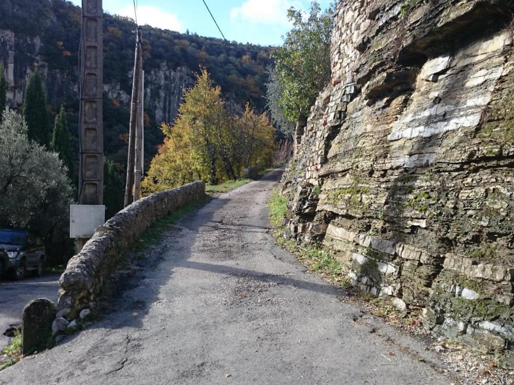 Prendre tout de suite à gauche à l' entrée du hameau de Beauquinès