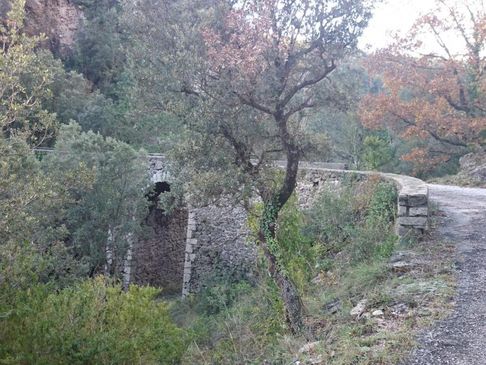 Passage du pont sur le ruisseau de Villaret , continuer ensuite la route à gauche