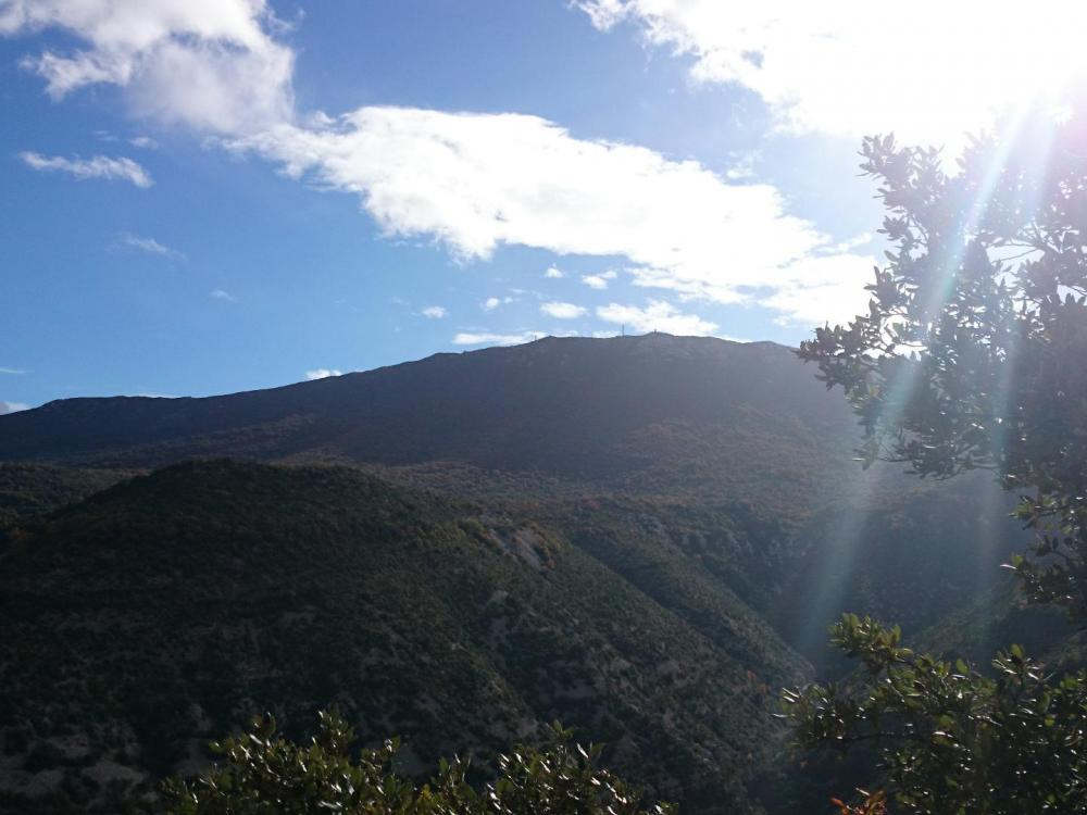 le rocher blanc de l' autre côté de la vallée de la Vis