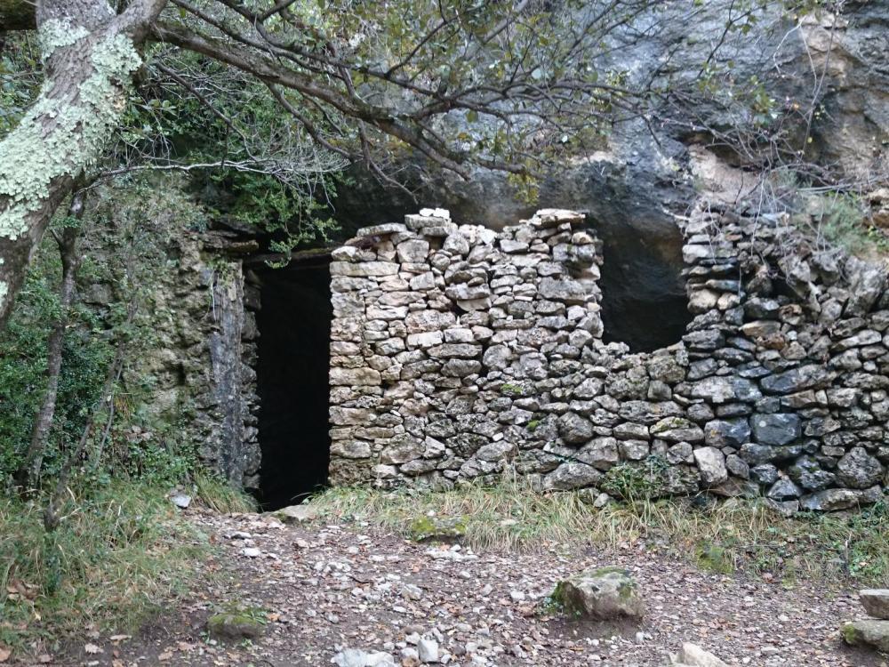 l' entrée murée de la caverne du Maure