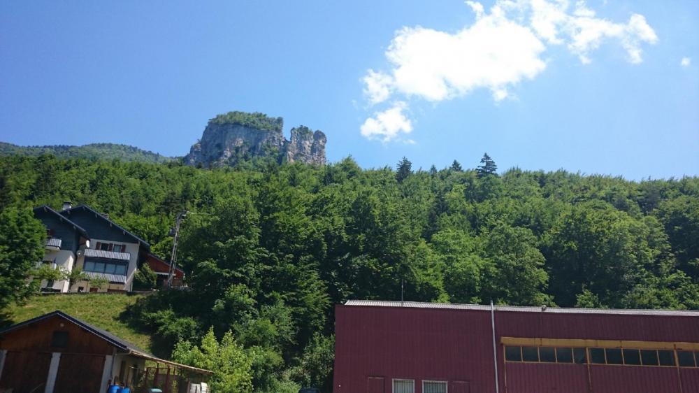 Les tours St Jacques vues depuis la route de retour à Allèves