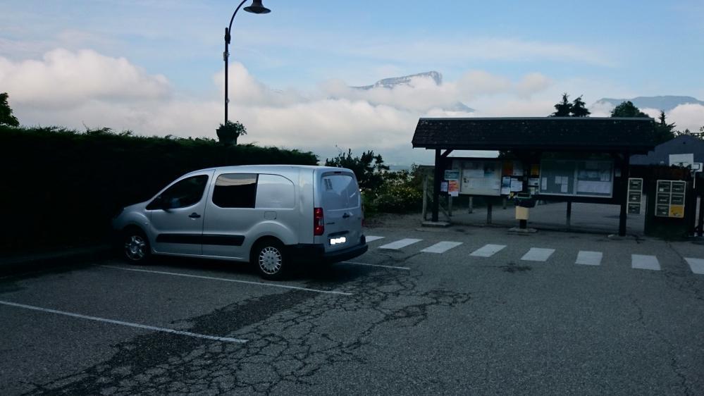Stationnement à Chignin, au fond le Granier sort des nuages !