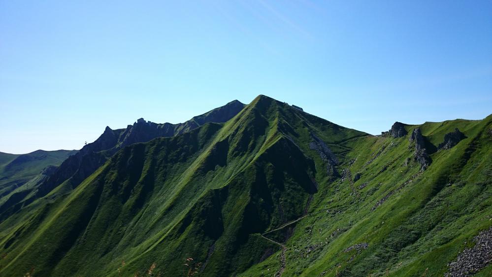 Aperçu de l' arrivée du téléphérique du Puy de sancy et du sentier qui monte directement de la station