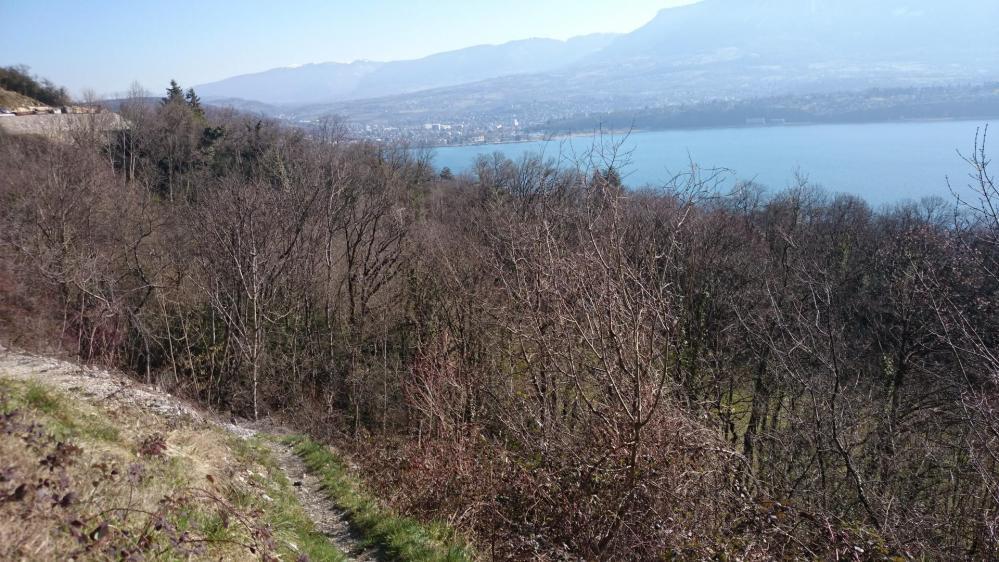Depuis Bourdeau,le sentier s' élève au dessus du lac du Bourget