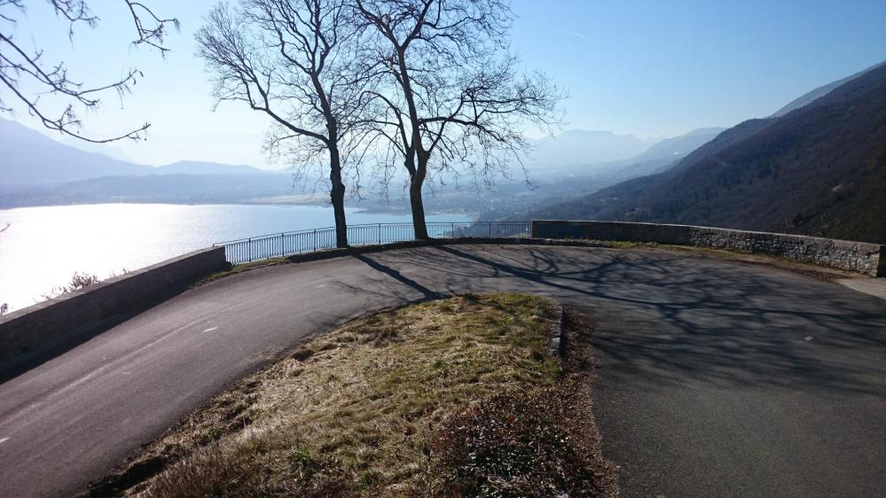 Superbe panorama sur le lac du Bourget tout le long de la montée au rocher du Cornillon