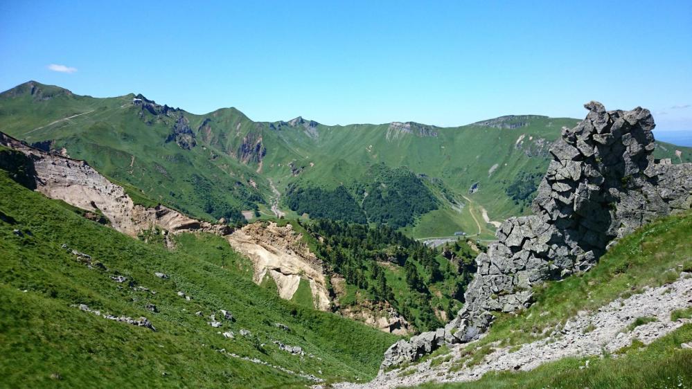 Versant déchiqueté au dessus de la station du Mont Dore, au fond le Puy de Sancy s' éloigne !