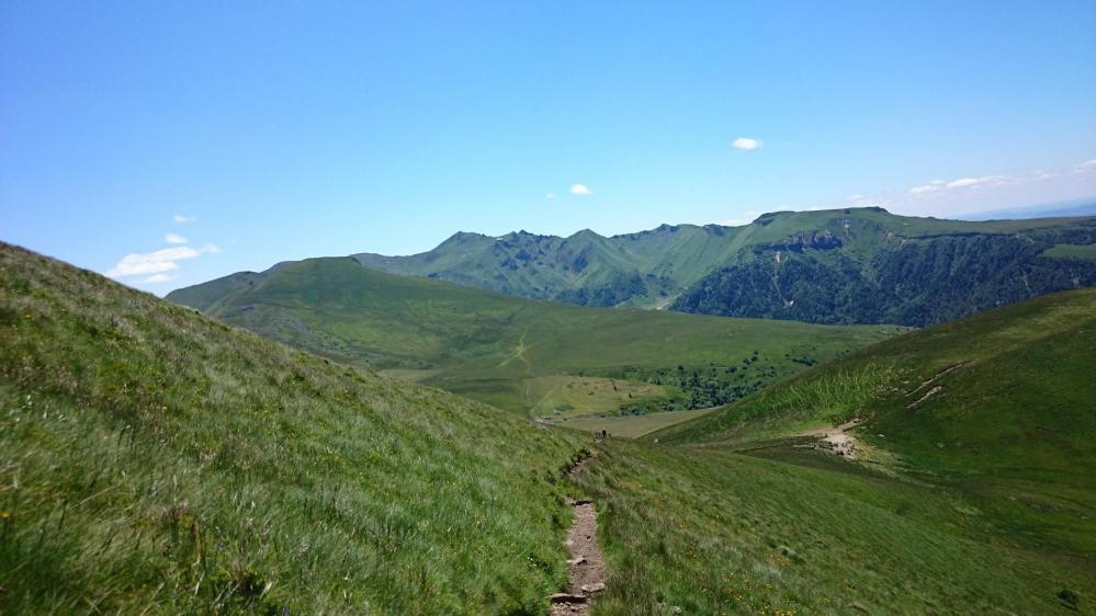 Le sentier mène de Puy en Puy ...