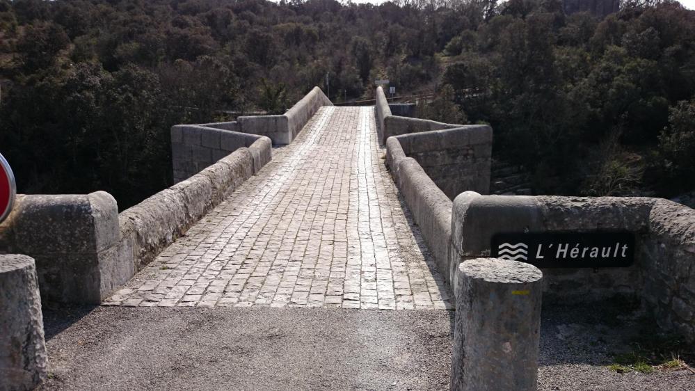 Un bel ouvrage sur l' Hérault en bordure de route qui mène à un château !