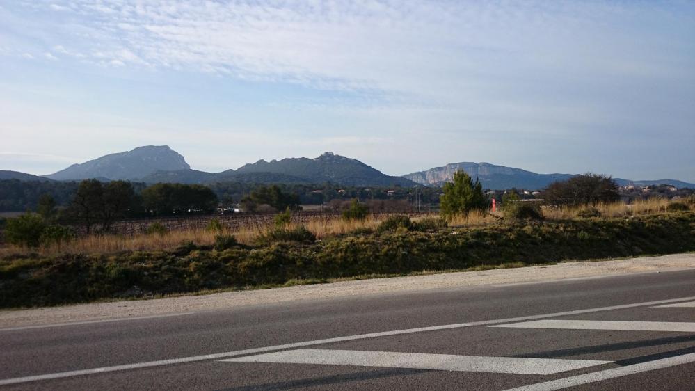 Retour vers St Mathieu de Tréviers, le Pic St Loup et l' Hortus à gauche et