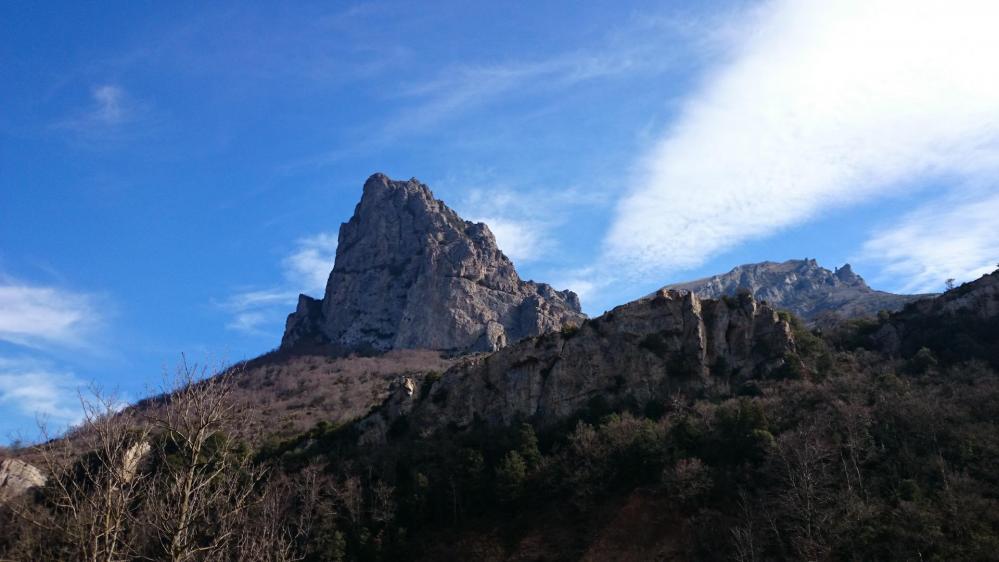 revenu sur le GR et sorti du sous bois, le massif du Bugarach s' impose !