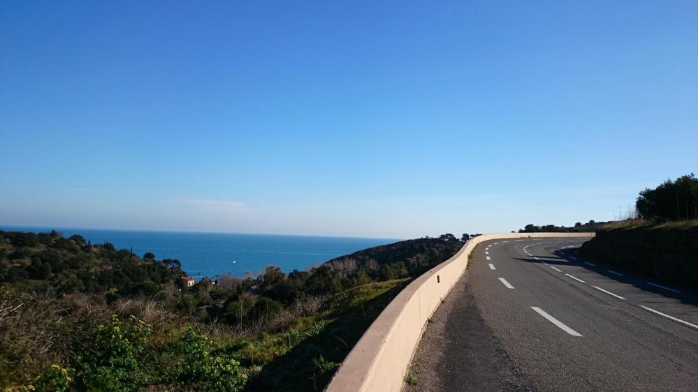 belle route en balcon au dessus de la mer à l' approche de Collioure