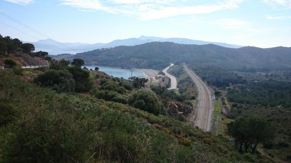 Vue sur la route et la ligne de chemin de fer au dessus de llança