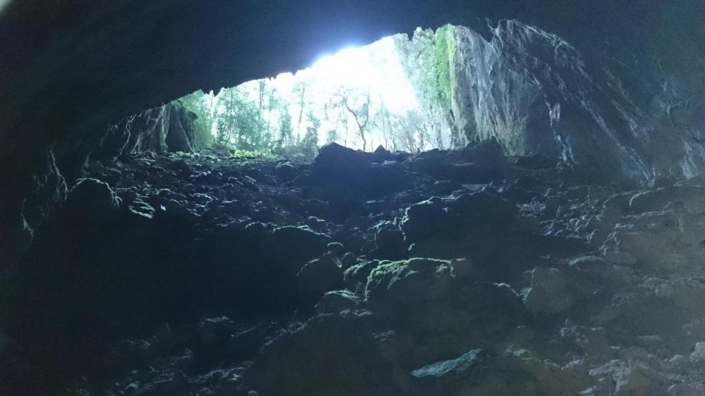 Beau porche d' entrée à la grotte d' Anjeau