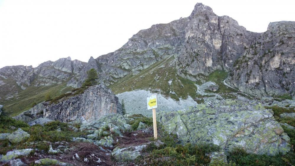 Sur le site de la via ferrata de Belle Plagne,le practice au premier plan, les rochers des Bourtes au fond !