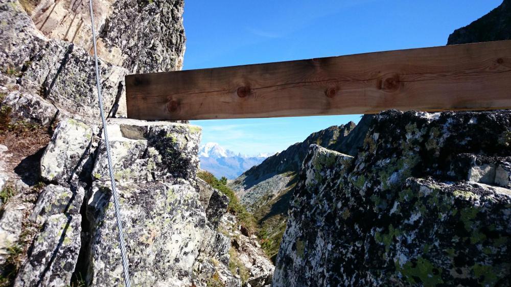 la poutre qui mène au secteur 3 de la via ferrata des Bourtes ... et à une belle vue sur le Mont Blanc !
