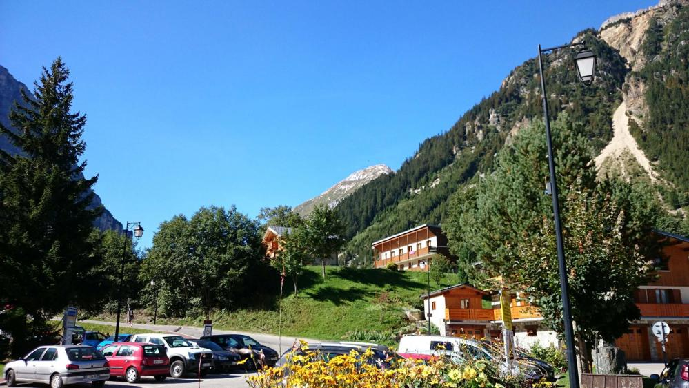 Départ de Pralognan vers le petit Mont Blanc que l' on distingue en plein centre