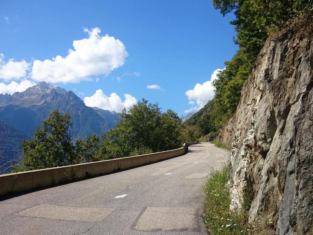 Montée à vélo à l' écart de toute circulation  ... sauf celle que l' on entend venant de l' autre côté de la vallée !!!
