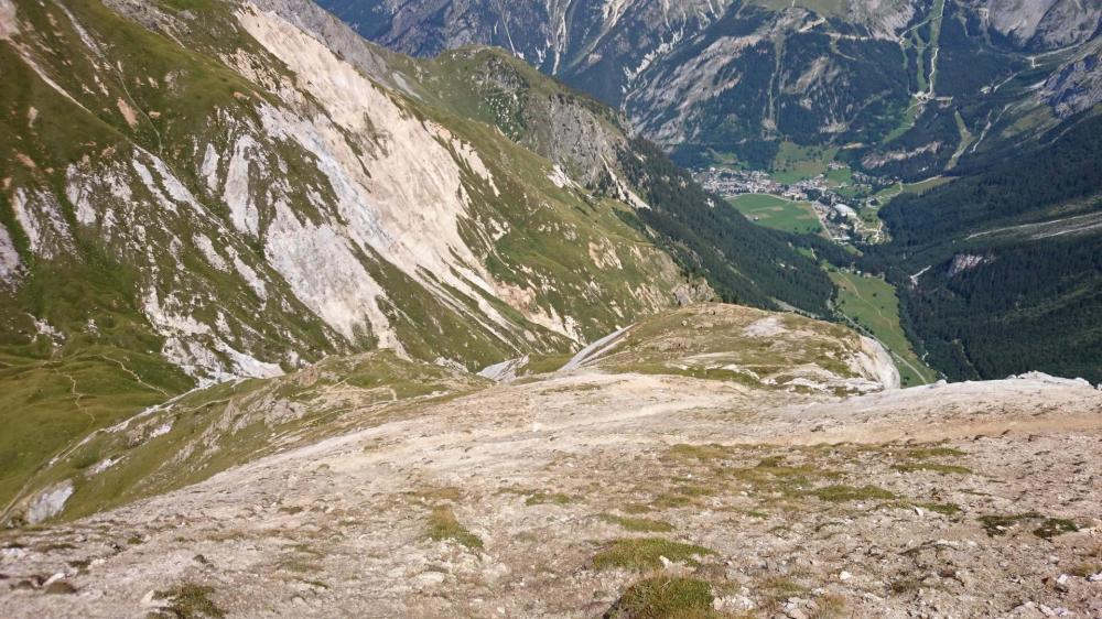 La pente est raide dans le paysage lunaire du petit Mont Blanc