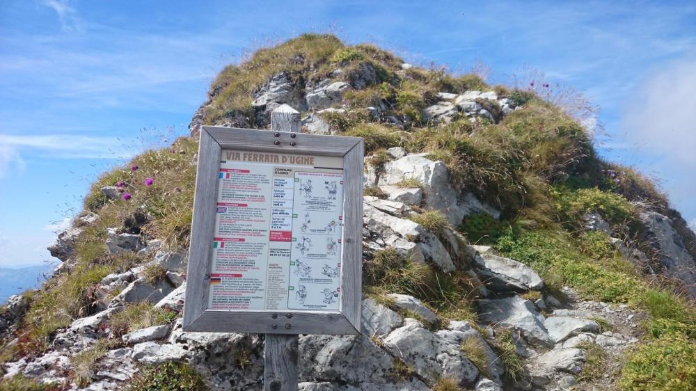 le panneau via ferrata juste sous le sommet côté Pas de L' Ours