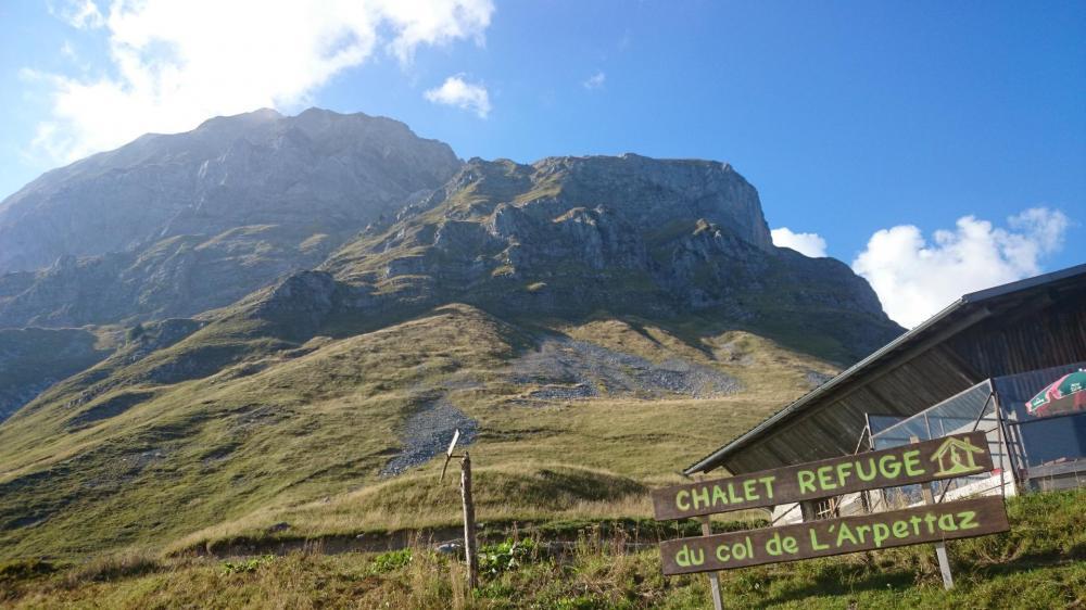 Refuge du col de l' Arpettaz sous le Charvin