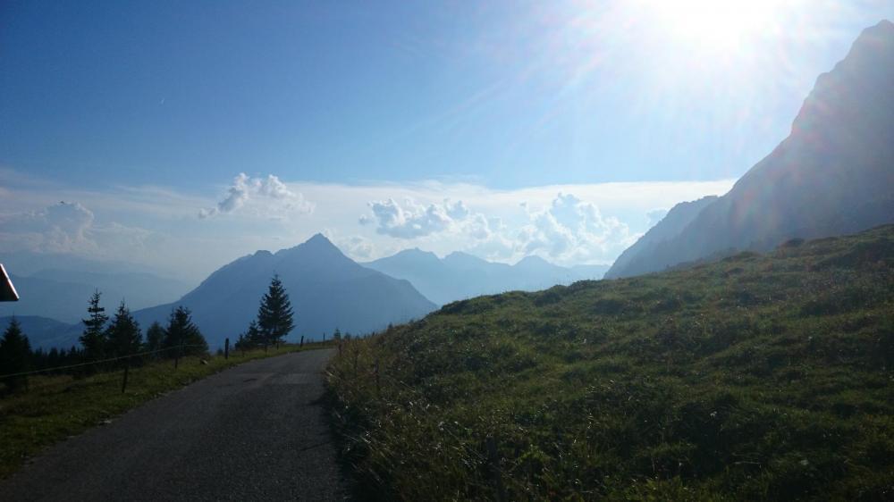 Les Bauges vues depuis la route de l' Arpettaz qui descend vers Les Bassins (parking de départ)