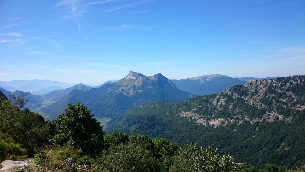 Au premier plan dans la montée, Colombier,dent de rossanaz et les pistes de ski du Margeriaz