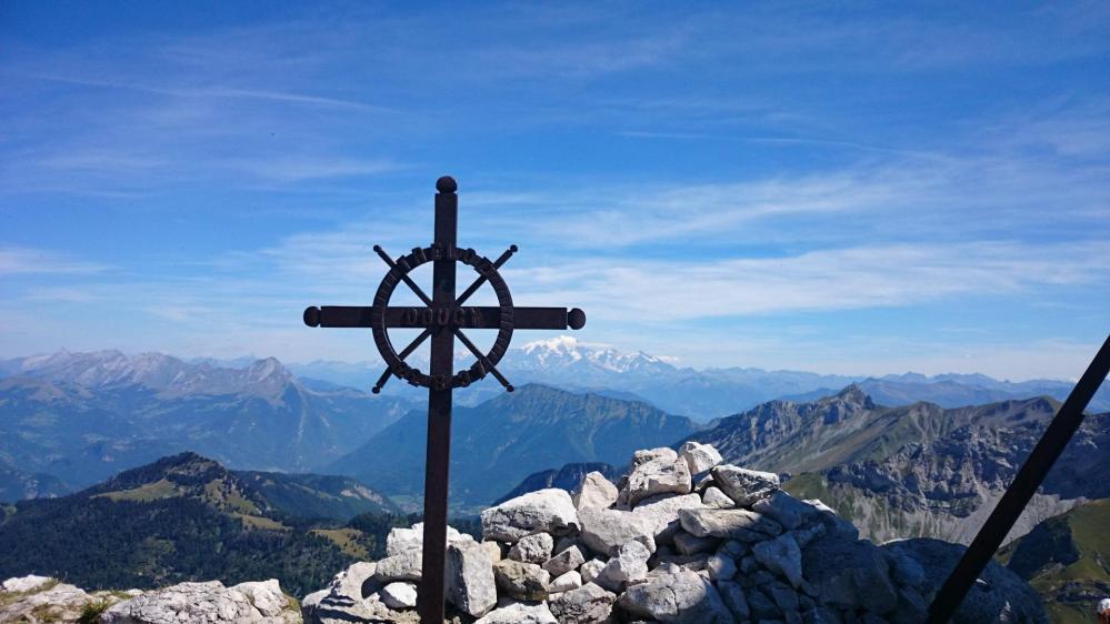 La croix en fer forgé datant de 1937 au sommet du Mont Trélod (2181 m)