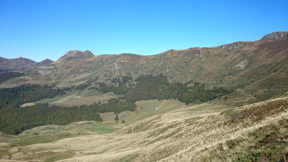 Sentier en traversée sous le Puy et les fours de Peyre Arse