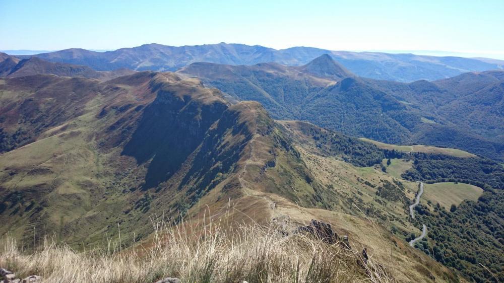 Regard en arrière dans la montée du Puy Mary