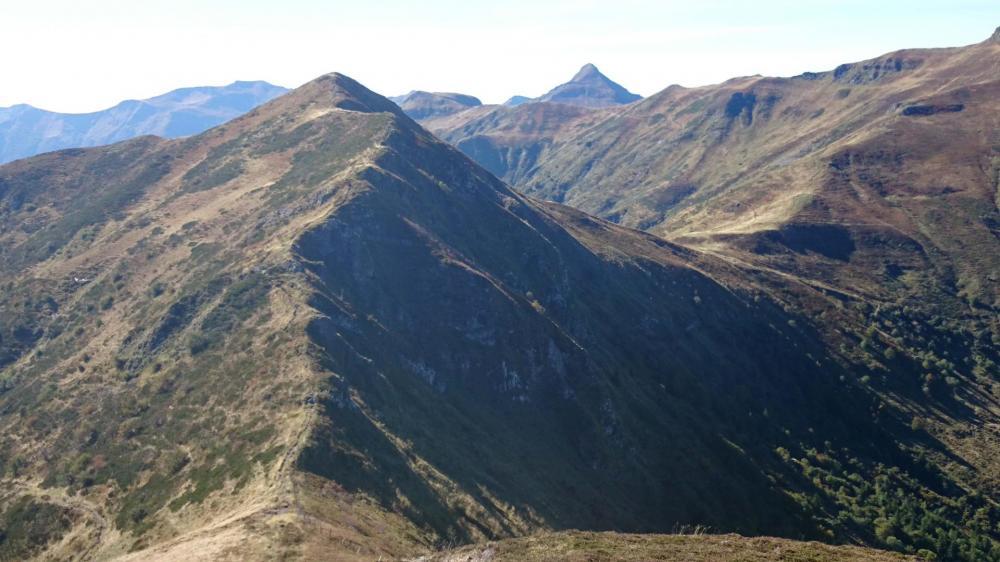 Depuis le téton de Vénus, vue sur l' arête qui mène au Puy Bataillouse, le Puy mary au fond