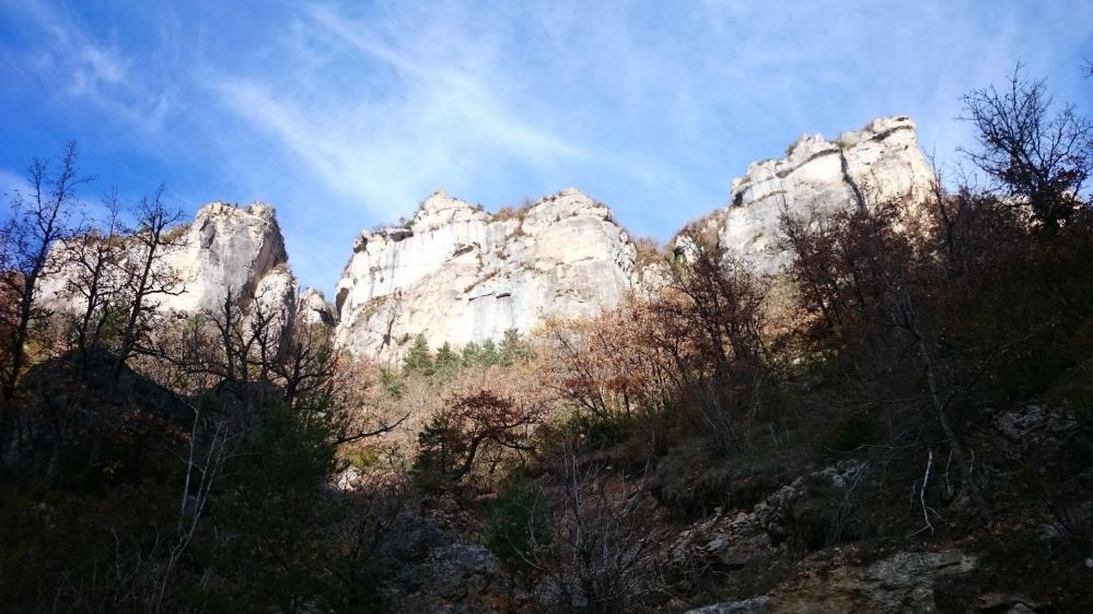 les falaises qui abritent la grotte Henri Pujol dans les gorges de la Jonte