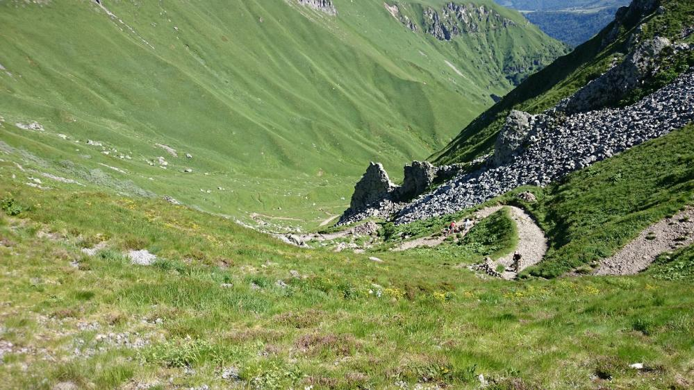 Vue sur le sentier qui monte de la station de ski, depuis le col de Courre