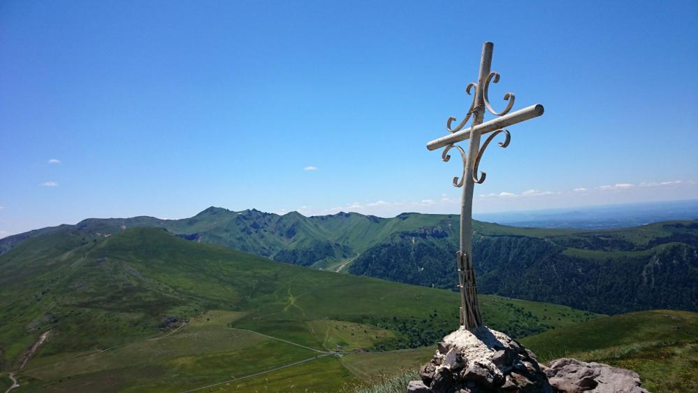 Le sommet du Puy de l' Angle, au fond le Puy de Sancy