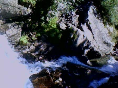 La cascade supérieure de la Fare (Vaujany) vue de dessus