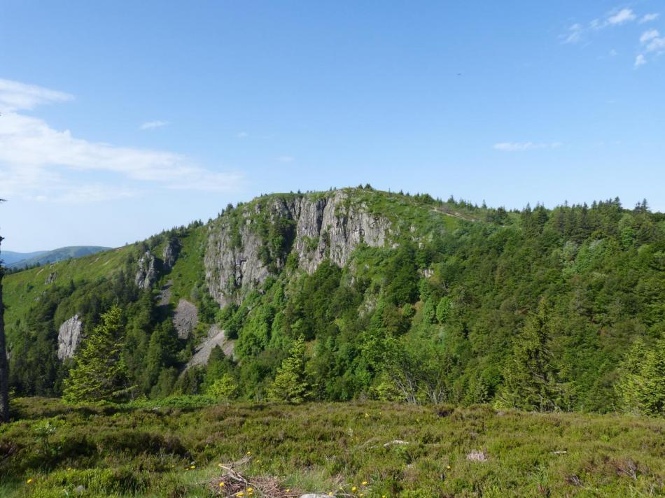 Vue générale sur les rochers du Tanet ou devrait (?) se construire ine via ferrata