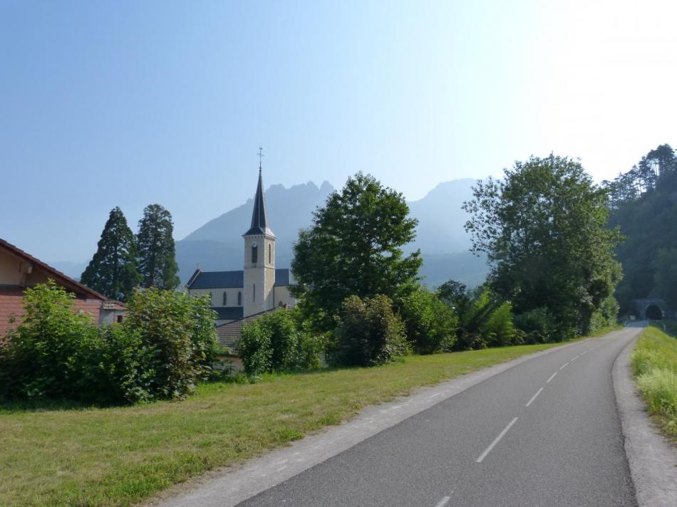 au départ de Duingt,la piste,le tunnel,le village et les dents de Lanfon