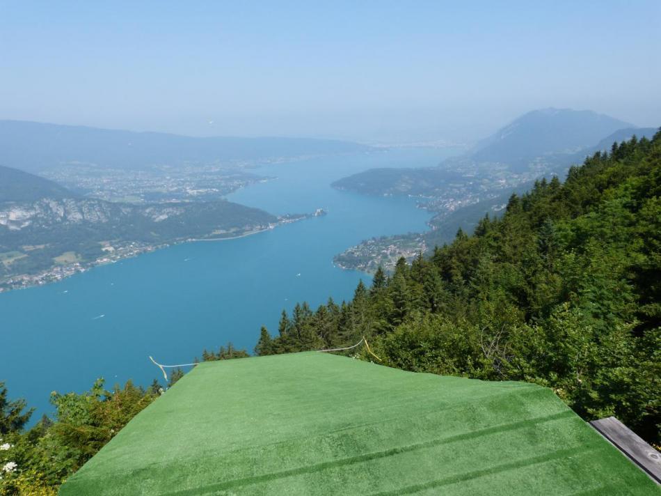 belle vue sur le lac d' Annecy  depuis le col de la Forclaz