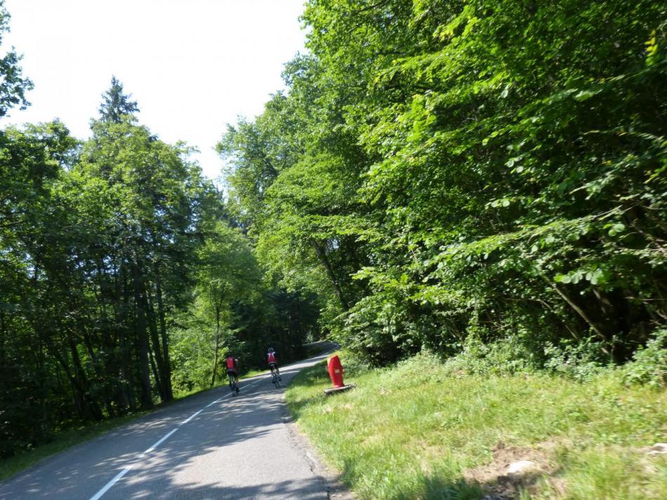 début de la montée du Semnoz, je rejoins deux cyclistes