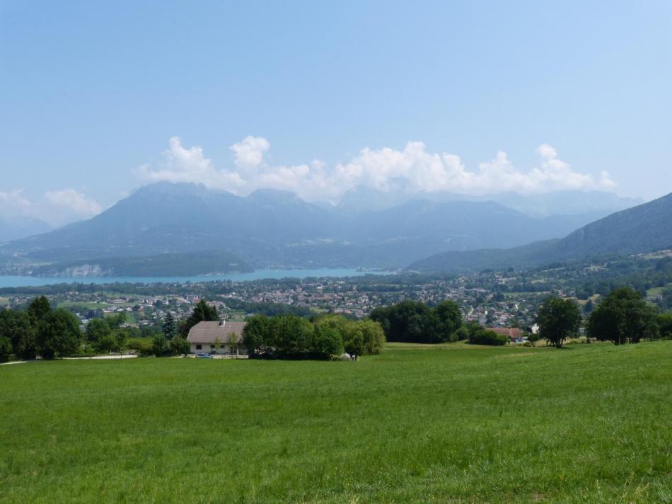 vue sur le lac d' Annecy dans la descente du col de Leschaux
