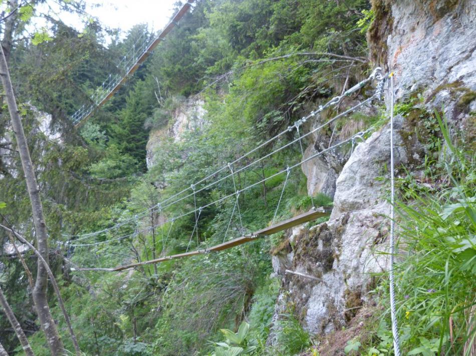 les deux passerelles superposées de la via ferrata de la cascade de la fare