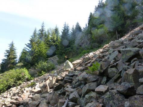 sentier de descente après les passerelles ou à droite la suite de la via ferrata