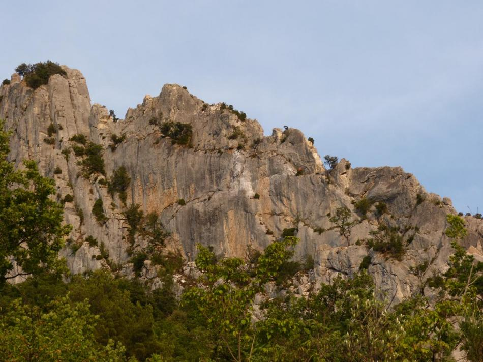 la future via ferrata sur la face nord du rocher St Julien dominant Buis les Baronies