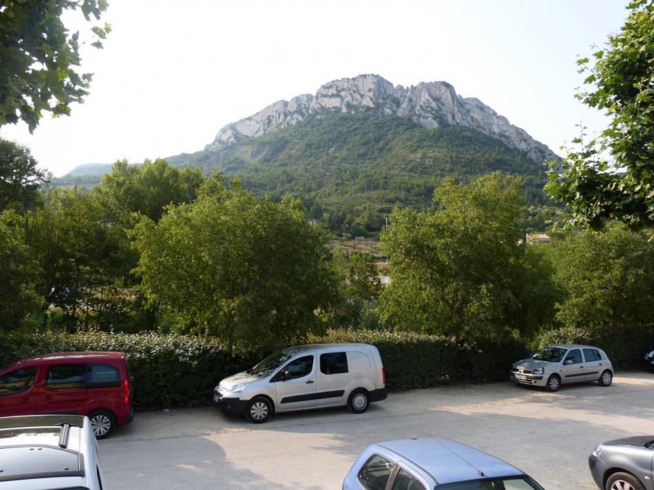 le site du rocher St Julien vu depuis un parking centre ville de Buis les Baronies - la via ferrata se construit sur la partie droite (face nord)