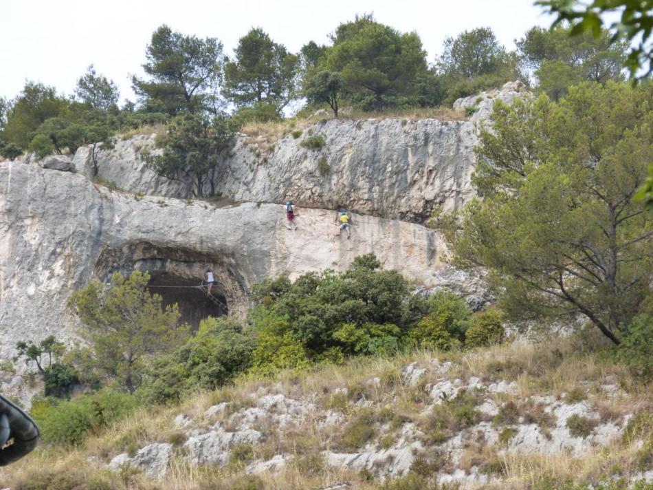la grotte des baumes de Combarelles vue depuis la ville de Cavaillon