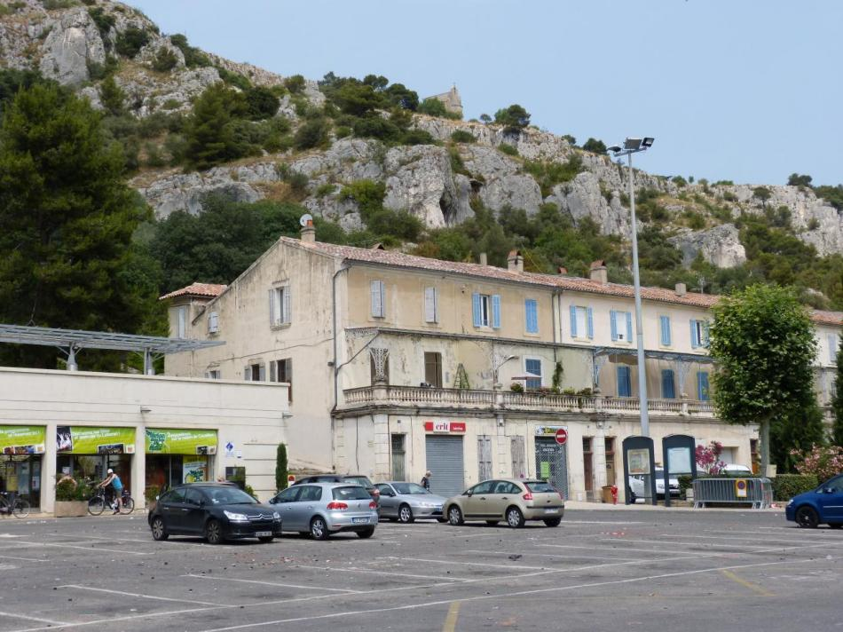 le parking de l' office du tourisme sous le site de la via ferrata
