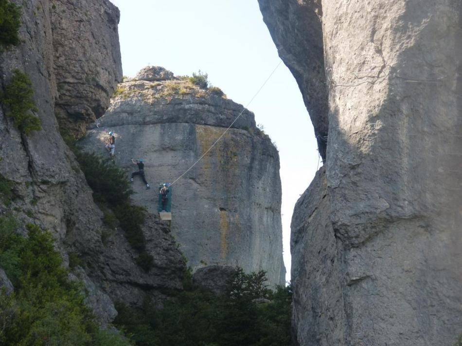 l' arrivée de la tyrolienne, à gauche la via facile, à droite la suite de la via difficile
