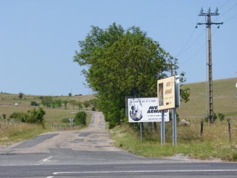 carrefour avec la D 986 et tout droit la route de l' Aven Armand